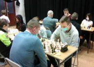 Na zdjęciu wzdłuż dwóch rzędów stołów siedzą zawodnicy grający wszachy.